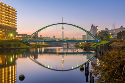 Bild tokyo skytree and colorful bridge in refection