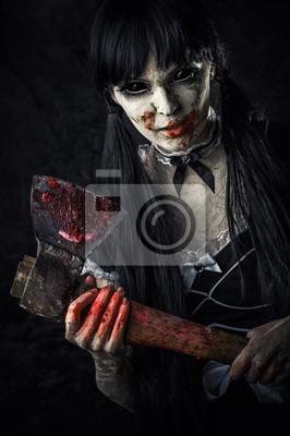 Totes weibliche Zombie mit blutigen Axt