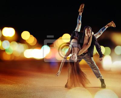 Tough Hip-Hop-Kerl tanzt mit seiner Freundin