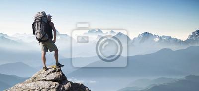 Bild Tourist in Bergspitze. Aktive Lebenskonzept