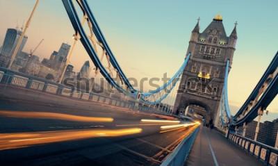 Bild Tower Bridge und Verkehr morgens in London.