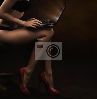 Tragende Wäsche der Frau mit Laptop