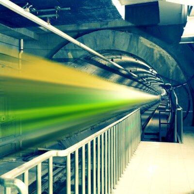 trainieren schnelllebigen bei U-Bahn-Station