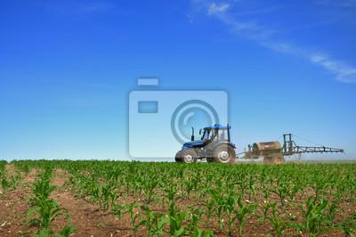 Traktor Pflügen der Felder horizontal