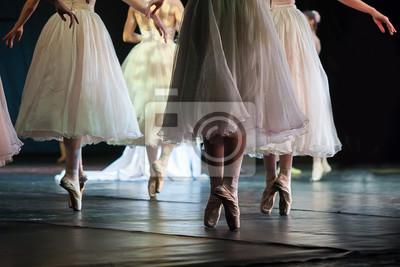 Traum, Choreographie, Agility-Konzept. prächtige Ballerinen in gespenstischen weißen Kleidern mit langen Tüllröcken, die auf den Zehen tanzen, aussehen wie schöne wightless Phantome