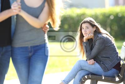 Bild Trauriges Mädchen Blick auf ein paar zu Fuß