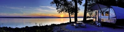 Bild Travel trailer camping by the Mississippi river at sunset in Thomson Causway Illinois
