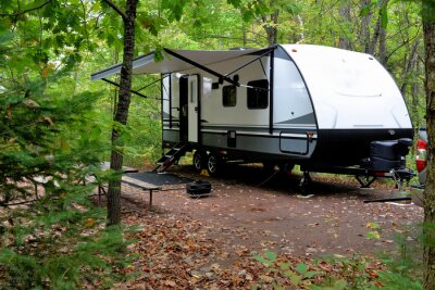 Bild Travel trailer camping in the woods