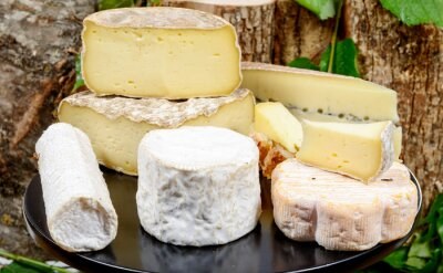 Bild tray with different French cheeses