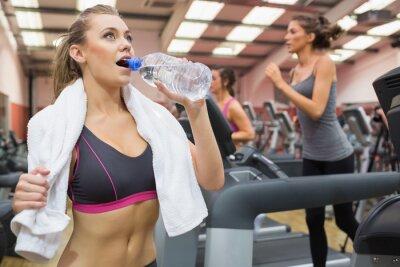 Trinkwasser der Frau in der Turnhalle