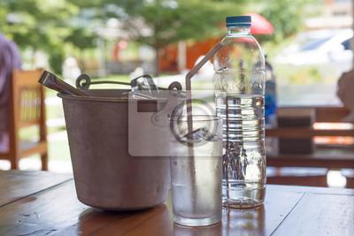 Trinkwasser-Set mit weißen Rohr auf Holztisch, selektiven Fokus