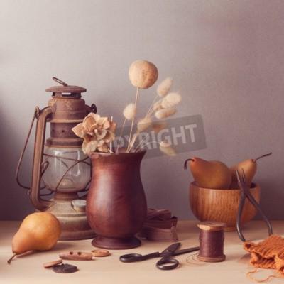 Bild Trockene Blumen und Birnen auf Holztisch. Rustikale Stillleben