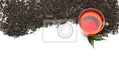 Bild Trockene schwarze Teeblätter und Schale aromatisches Getränk auf weißem Hintergrund