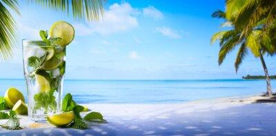 Bild Tropische Sommerferien; Exotische Getränke auf Unschärfe tropischen Strand Hintergrund