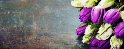 Bild Tulpen auf einem hölzernen Hintergrund
