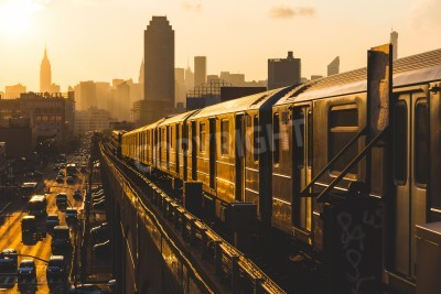 Bild U-Bahn-Zug in New York bei Sonnenuntergang