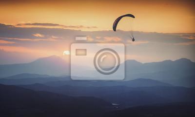 Über dem nebligen Tal Sonnenaufgang. Instagram-Stilisierung