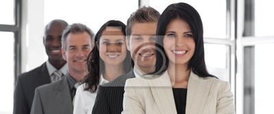 Überzeugter weiblicher Business-Marktführer mit Business-Team
