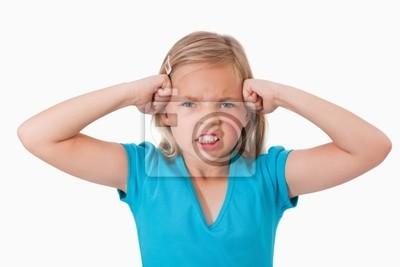Unglückliches Mädchen mit den Fäusten auf ihr Gesicht