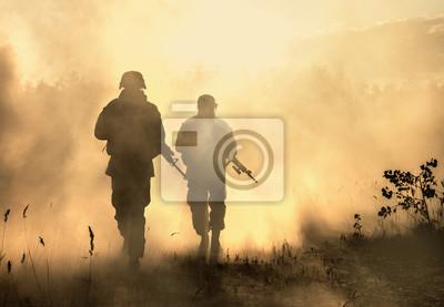 Bild United States Marines in Aktion. Militärische Ausrüstung, Armeehelm, Kriegsbemalung, geräuchertes schmutziges Gesicht, taktische Handschuhe. Militäraktion, Wüstenschlachtfeld, Rauchgranaten