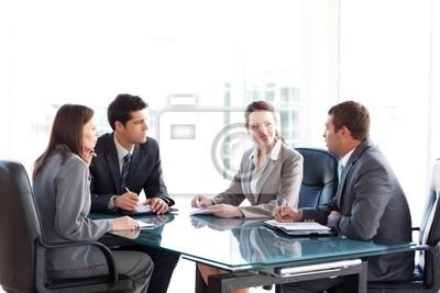 Unternehmer und Unternehmerinnen reden während einer Sitzung