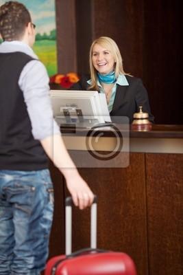 urlauber und Empfangsdame im Hotel