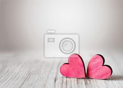 Bild Valentinstag Hintergrund mit zwei roten Herzen auf Holzuntergrund