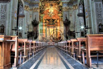 Varallo Kirche Gang beleuchtet