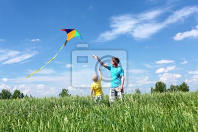 Vater mit Sohn im Sommer mit Drachen