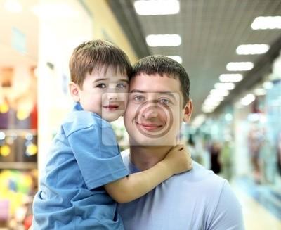 Vater und Kind, die das Einkaufen tun