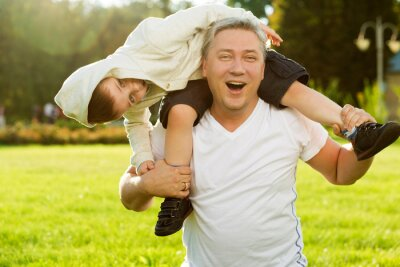 Vater und Sohn im Freien