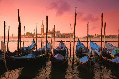 Bild Venedig mit berühmten Gondeln bei sanften rosa Sonnenaufgang Licht,