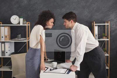 Bild Verärgerte Leute, die einander während des Konflikts betrachten