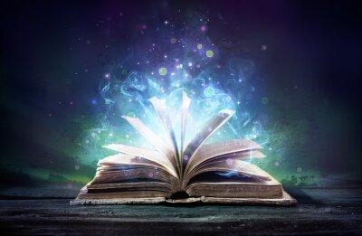 Bild Verhextes Buch mit Magie glüht in der Dunkelheit