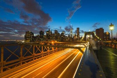 Bild Verkehr auf Brooklyn-Brücke in New York in der Dämmerung