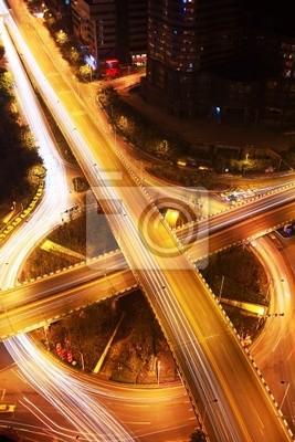Verkehr auf Nacht Kreuzung mit langen Belichtungszeiten .