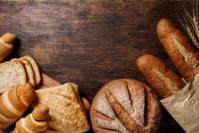 Bild Verschiedene Brot auf einem rustikalen dunklen Hintergrund