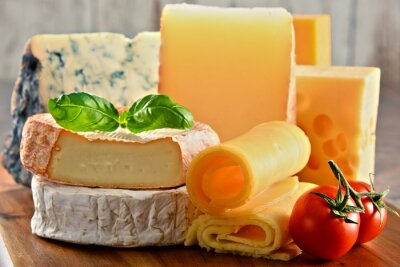 Bild Verschiedene Sorten von Käse auf Küchentisch