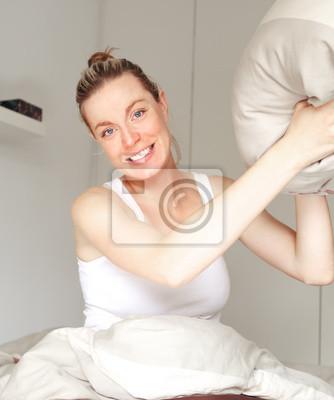 Verspielt Frau wirft ein Kissen