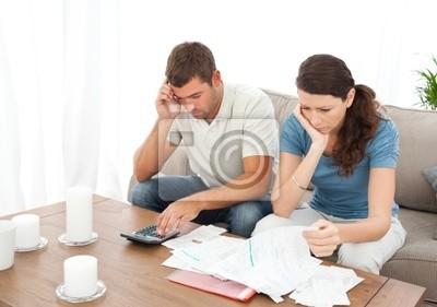 Verzweifelt paar tun ihr Konto auf dem Sofa sitzen