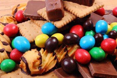 Bild Viele Süßigkeiten auf Holzoberfläche, ungesunde Lebensmittel