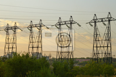 Vier Hochleistungs-Unterstützung auf den Sonnenuntergang Himmel Hintergrund