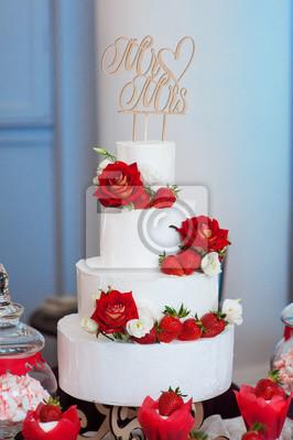 Vier Schichtige Weisse Hochzeitstorte Mit Roten Rosen Und Erdbeeren