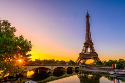 Bild View of Eiffel Tower and river Seine at sunrise in Paris, France. Eiffel Tower is one of the most iconic landmarks of Paris