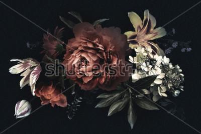 Bild Vintage Blumenkarte mit Blumen. Pfingstrosen, Tulpen, Lilie, Hortensie auf schwarzem Hintergrund. Vorlage für das Design von Hochzeitseinladungen, Urlaubsgrüßen, Visitenkarten, Dekorationsverpackungen