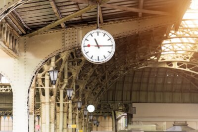 Bild Vintage clock on train station with building roof.