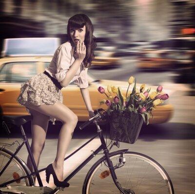 Bild Vintage Frau auf dem Fahrrad in einer Straße der Stadt mit dem Taxi