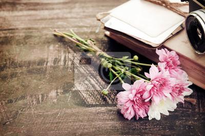 Bild Vintage-Kamera mit Blumenstrauß auf alten Holz Hintergrund - Konzept der nostalgischen und Erinnerung im Frühling Jahrgang Hintergrund