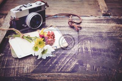 Bild Vintage-Kamera mit Bouquet von Blumen auf altem Holz Hintergrund - Konzept der nostalgischen und Erinnerung im Frühjahr Jahrgang Hintergrund