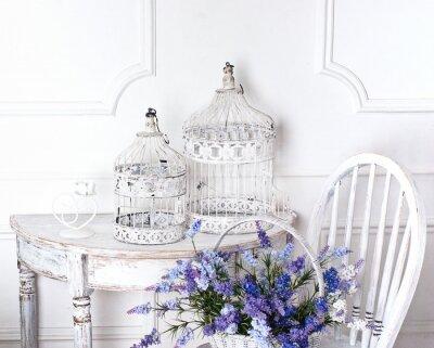 Bild Vintage-Stuhl und Tisch mit Blume vor und Käfige